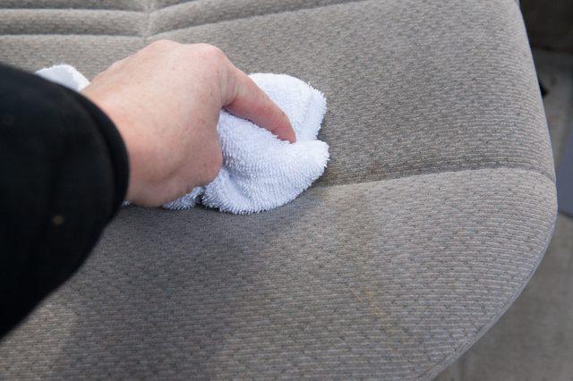 Cách làm sạch ghế sofa vải nỉ, bố cực kỳ đơn giản tại nhà cho các bà nội trợ