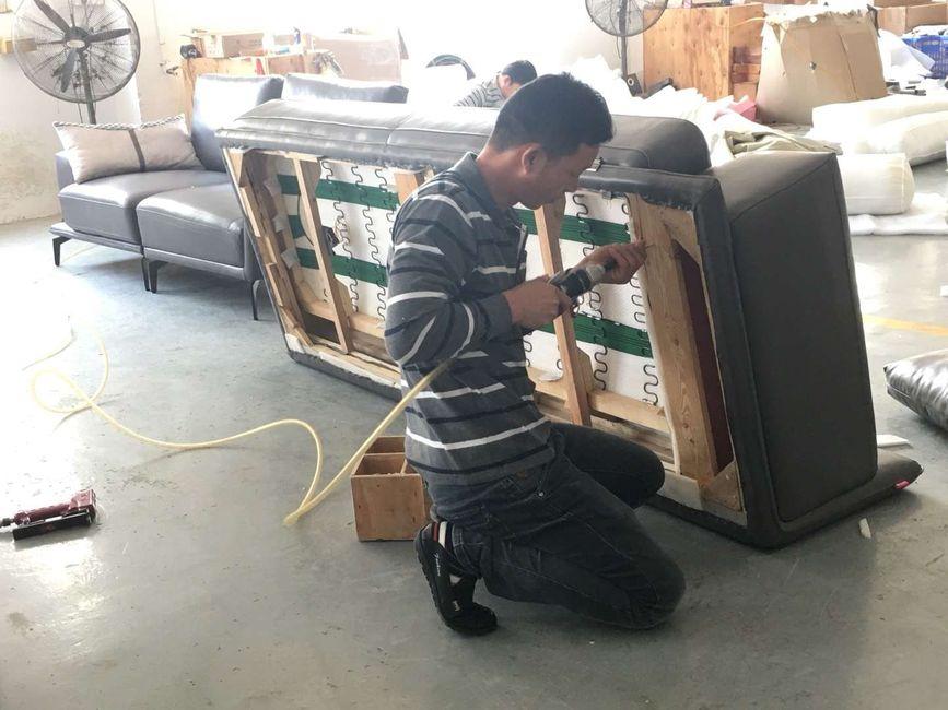 Thợ bọc ghế sofa tại xưởng sofa