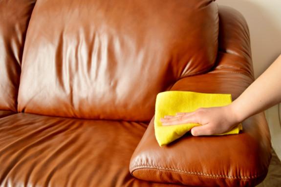 Tổng hợp các cách làm sạch ghế sofa da thật, giả da siêu hiệu quả