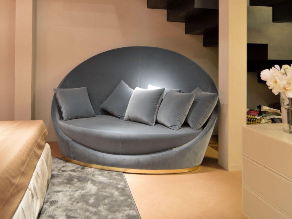 Mẫu ghế này có thiết kế hiện đại, lưng tựa làm cao và bo tròn đẹp mắt